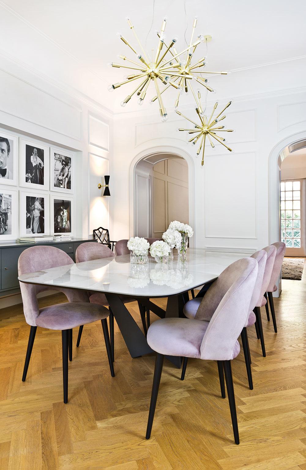 Pre majiteľku bytu je okrem obývačky srdcovou záležitosťou aj jedáleň. Oceňuje vnej najmä spojenie dlhého stola spalácovým osvetlením, od ktorého sa nedá odtrhnúť zrak. Efektným prvkom aranžovania sú tiež moderné aštýlové stoličky so zamatovým čalúnením.