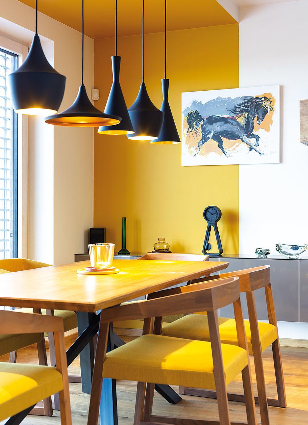 Obraz na stene udáva farebnosť jedálenskej časti.