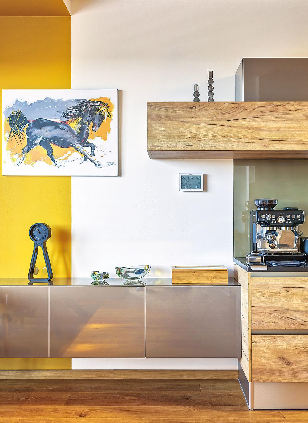"""MODERNÝ CHARAKTER priestoru alinky dopĺňajú dekoračné predmety od rodičov a babky. Majiteľka má rada veci so spomienkami, ktoré dokážu každý priestor na pohľad """"zahriať""""."""
