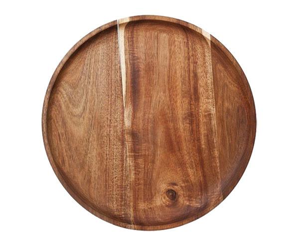 Na drevenom tanieri chutí aj to najobyčajnejšie jedlo akosi lepšie. Tanier je chránený impregnáciou, ktorá zabraňuje absorbovať vlhkosť. Za 17,90 € ponúka www.westwing.sk.