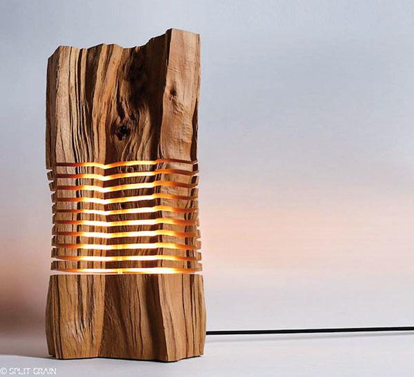Ako horiace drevo. Dizajnér Paul Foeckler pod značkou Split Grain tvorí lampy zplátov dreva aumožňuje tak svetlu rovnomerne osvetľovať priestor naozaj unikátnym spôsobom. Na www.etsy.com si môžete zakúpiť hotový kus alebo si nechať urobiť na mieru svoj vlastný.