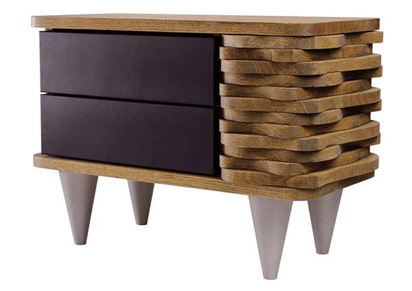 Nočný stolík Sanchia od značky Gie El je skutočným unikátom. Na jednej strane minimalistický dizajn, na druhej zaujímavý tvar vlny zdubového dreva. Za 549,90 € ho nájdete na www.westwing.sk.
