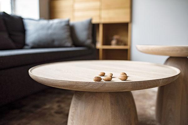 Moderný nábytok zmasívu vtvare hríba zaujme na prvý pohľad. Dubový konferenčný stolík pre Javorinu, ktorý navrhla dvojica dizajnérov Vrtiška aŽák, nájdete na www.javorina.sk.
