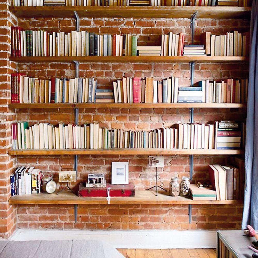 Tehly sú ideálne aj ako stavebný materiál na knižnice vinteriéri. Ku knihám sa totiž naozaj hodia viac ako čokoľvek iné. Môžete znich vytvoriť stĺpiky, ktoré budú držať jednotlivé drevené poličky, prípadne urobte celý úložný systém. Keďže tehla je prírodný materiál anie je zdraviu škodlivá, pokojne sňou choďte aj do spálne.