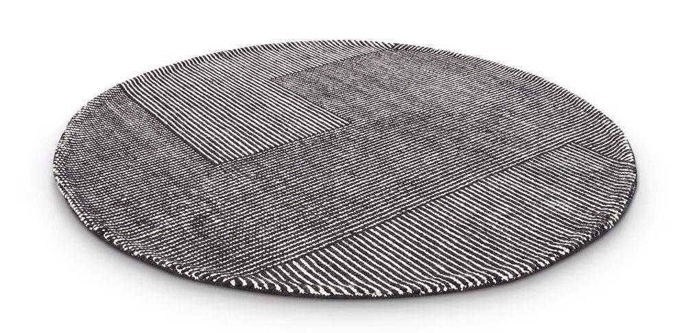 Na čistú vlnu aručnú výrobu stavila aj britská značka Tom Dixon pri svojej najnovšej kolekcii kobercov Stripe. Vponuke sú vokrúhlom alebo obdĺžnikovom tvare včierno-bielom vyhotovení.