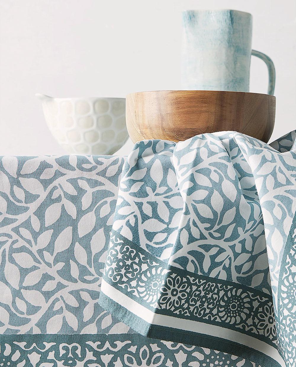 Textil je aj ofarbách avzoroch. Trendom sú prírodné odtiene vtónoch benzínu, fuksie, vápna, medu, ale iživé tóny zelenej, tyrkysovej akráľovskej modrej sopakujúcimi sa vzormi ajasnými akcentmi.