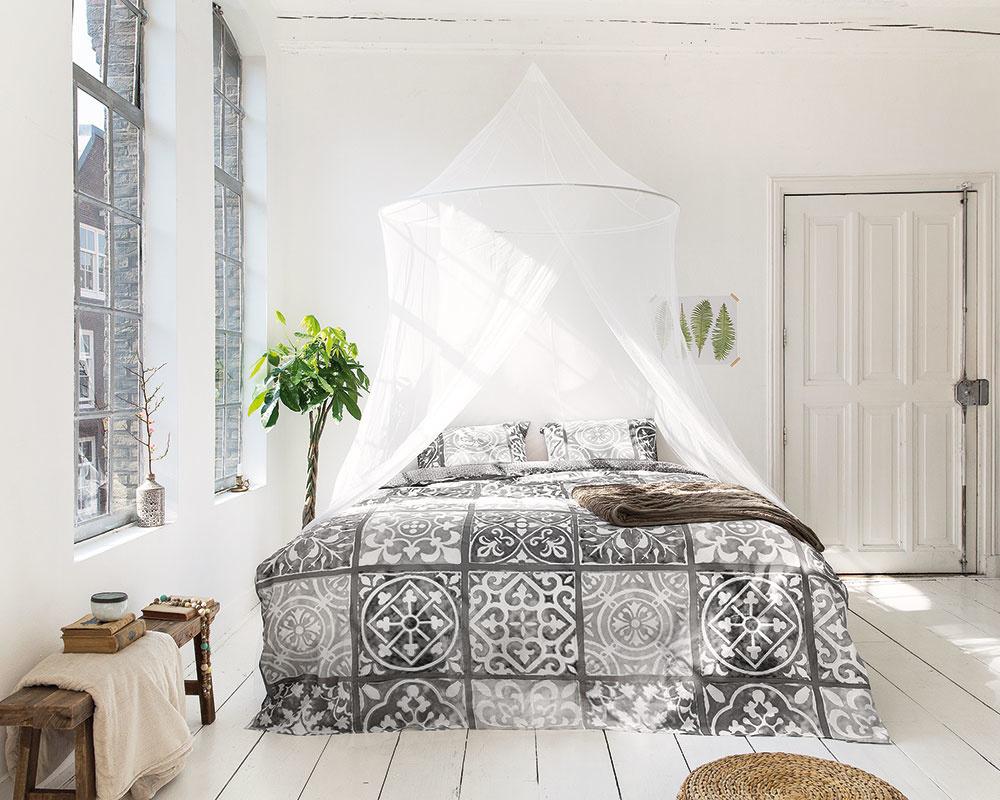Výber posteľnej bielizne je veľmi dôležitý, pretože vposteli strávime 6–8hodín denne. Ideálne sú obliečky zprírodných materiálov ako bavlna alebo ľan, ktoré dýchajú aodvádzajú vlhkosť. Kekologickým materiálom patrí aj lyocell, ktorý je špecifický svojou pevnosťou, dobrou sacou schopnosťou anekrčivosťou. Bavlnené obliečky Alhambra od značky Dreamhouse predáva Bonami.