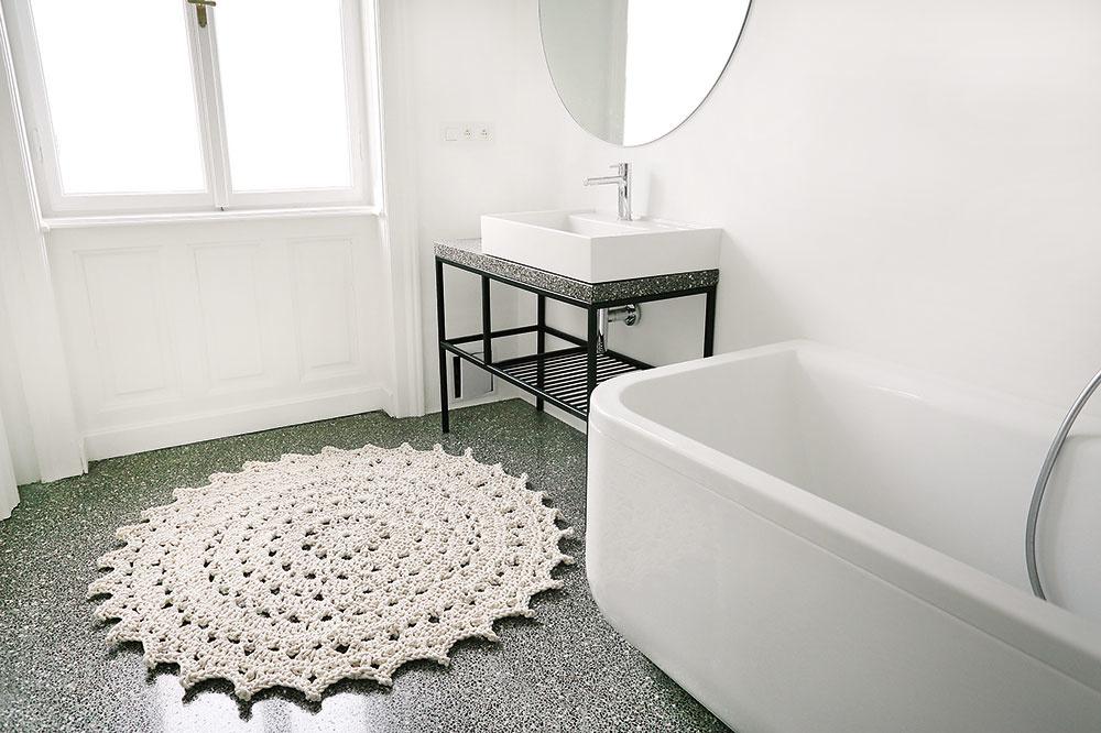 Do popredia sa dostávajú unikátne kúsky vyrábané ručne. Háčkovaný koberec Mandala vyrába estónska značka, má priemer 130 cm aza 800 € ho zakúpite na www.merleholm.com.