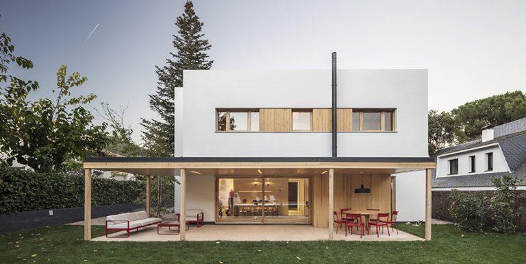 Ako postaviť veľký dom, aby nepôsobil masívne a neudusil záhradu