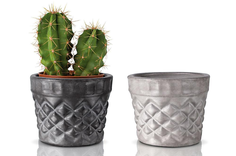 BETÓNOVÉ KVETINÁČE Kristal vrôznych farbách vytvoria veľmi pekný kontrast so živými rastlinami. Kus za 9 € predáva www.renit.sk.