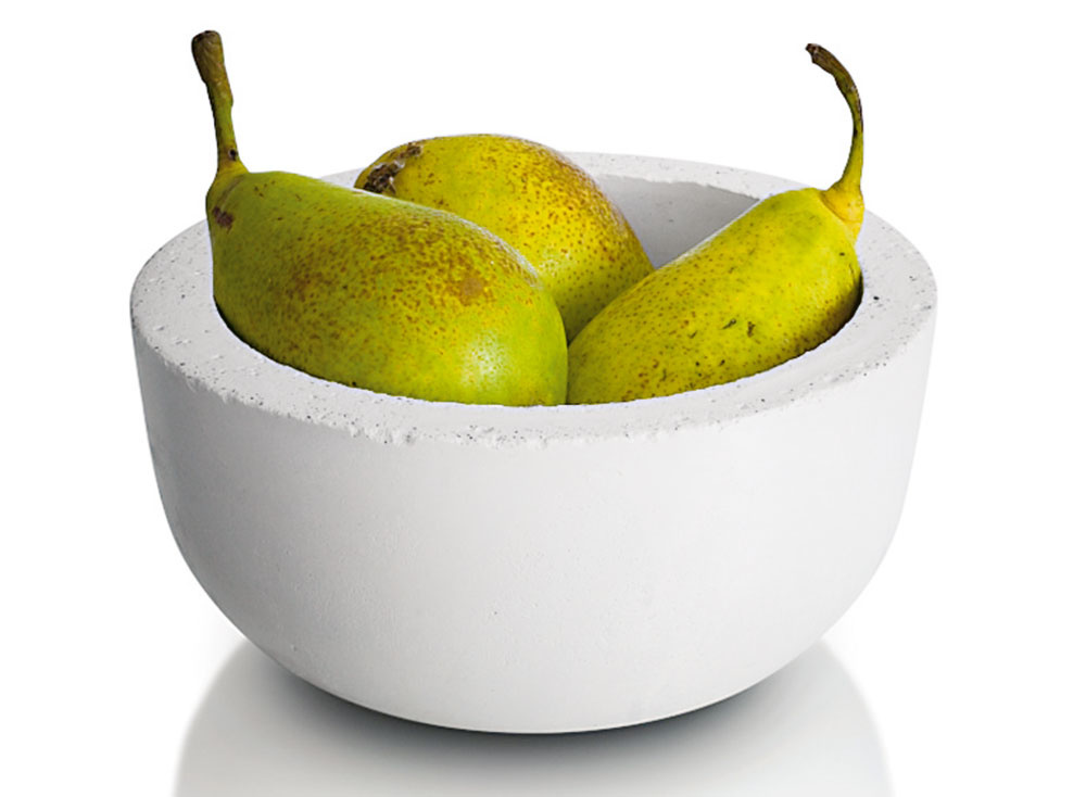 BETÓNOVÁ MISA Lusin plná ovocia či zeleniny dokáže oživiť nejednu kuchyňu. Vtroch veľkostiach, rôznych farebných vyhotoveniach avcene od 49 € ju predáva www.renit.sk.
