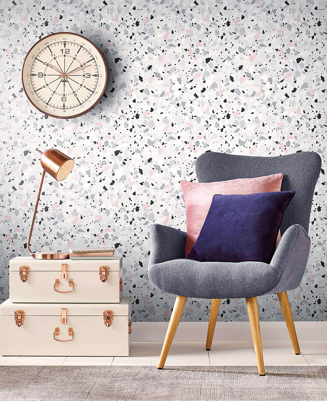 VYNIKNE I NA STENÁCH Inšpiráciu terrazzom badať medzi výrobcami tapiet. Tento typický vzor v najrôznejších farebných vyhotoveniach totiž veľmi pekne ukáže nielen vo vodorovnej polohe na zemi, ale aj vo zvislej na stene. Okrem tapiet sa nanáša na stenu aj vo forme stierky.
