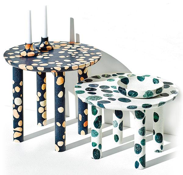 STOLÍKY od talianskeho dizajnéra Alberta Bellamoliho sú vyrobené z terazza, v ktorom sú mramorové škvrny. V sérii nájdete aj svietniky a misky.