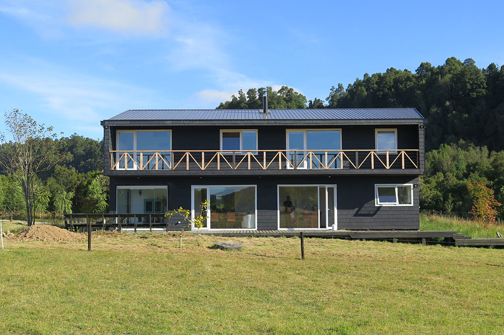 Dômyselne riešené bývanie v čiernom dome pri rieke