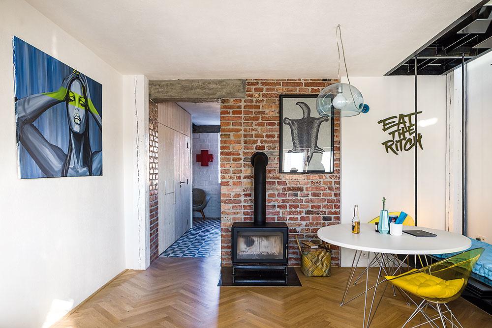 Malý mestský luxus. Vďaka využitiu pôvodných komínov mohli autori dopriať každému bytu aj kozubové kachle, ktoré v dnešných nových bytoch patria skôr k nesplniteľným snom. V žiadnom z troch bytov nechýba ani klimatizácia.
