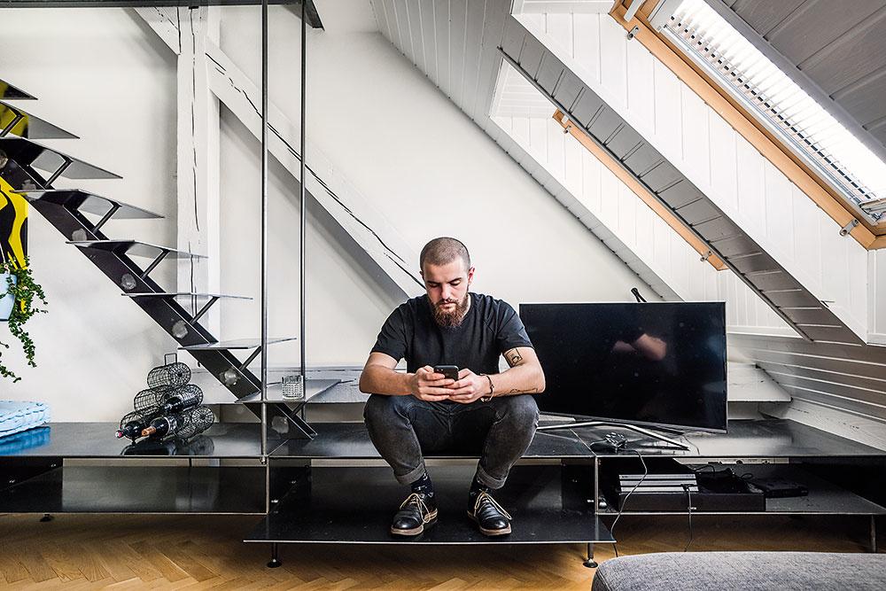 Oceľové schodisko je súčasťou viacúčelovej nábytkovej konštrukcie, ktorá tvorí vybavenie každého z bytov a využíva sa podľa situácie, možností a potreby – na sedenie, ako odkladací priestor či súčasť kuchynskej linky.