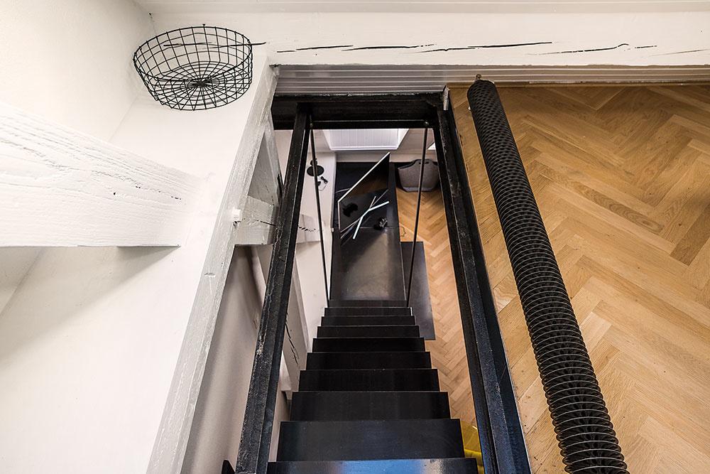 Prvým krokom bolo administratívne spojenie bytu asusedného nebytového priestoru, kompletnú plošnú výmeru asi 135 m2 následne rozdelili na tri dvojizbové mezonety. Okrem iného bolo, samozrejme, potrebné urobiť namiesto jedného schodiska tri nové.