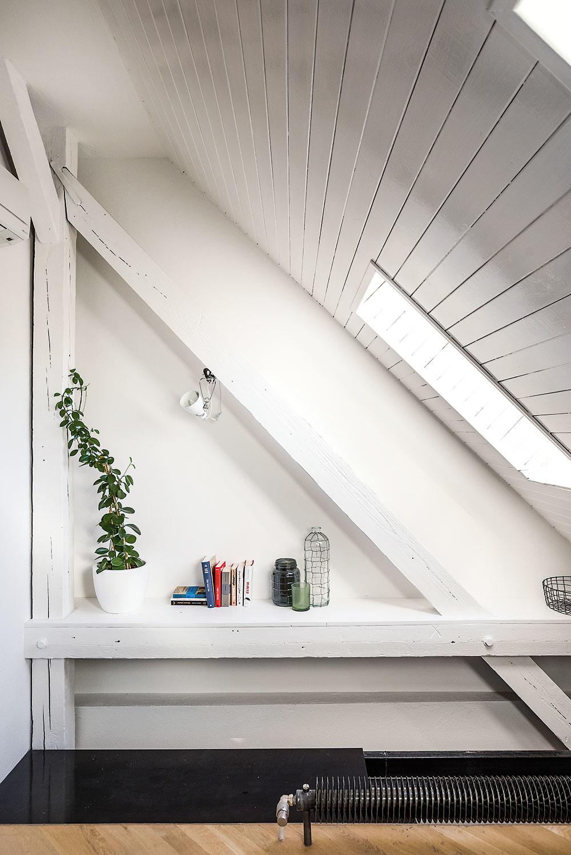 Všetky nové konštrukcie sú ľahké, aby zbytočne nezaťažovali stropy, drevené sendvičové priečky medzi bytmi sú spevnené plechom na zvýšenie bezpečnosti aochranu proti prebúraniu. Pôvodné steny atrámy využili aj ako súčasť zariadenia – veď načo kupovať policu, keď už ju vlastne máte…