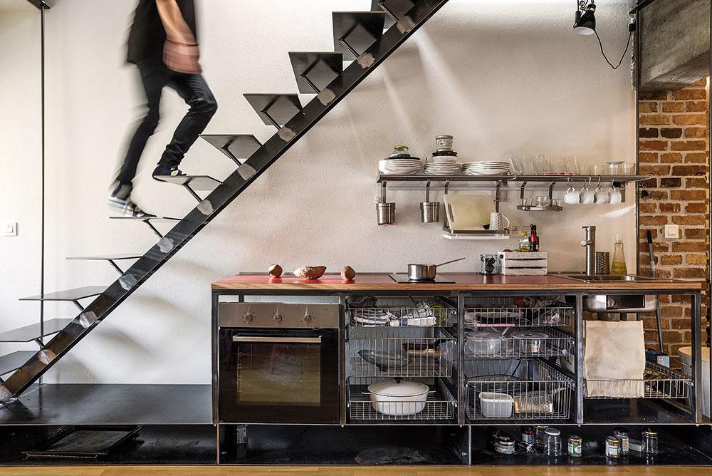 Každý z bytov je trochu iný – z možností a limitov určených pôvodnou konštrukciou a dispozíciou vyplynulo napríklad odlišné riešenie vstupu či umiestnenie kuchynskej linky. Samozrejme, všetky tri na prvý pohľad nezaprú rukopis jedného autora – vznikali predsa v jednom čase, v jednej hlave a v jednom priestore.