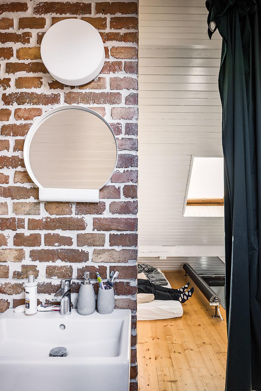 Vjednoduchosti je krása. Drevené steny akonštrukcie (tie pôvodné aj nové) zjednotila biela farba, pri ostatných priznali ich materiálovú podstatu.