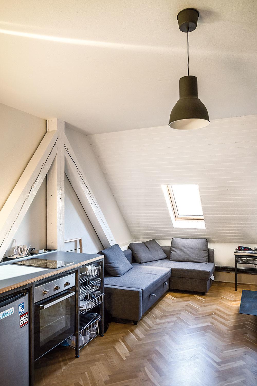 Prestavba zahŕňala drobné stavebné úpravy– najmä oddelenie bytov medzibytovými priečkami, ich vybavenie, vloženie ľahkých oceľových schodísk, vytvorenie kúpeľní či nové podlahy.