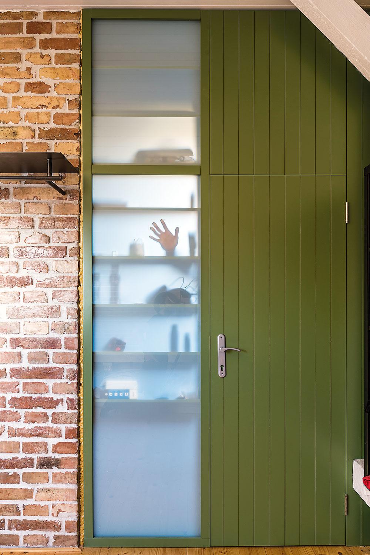 """Kúpeľňa na poschodí je vnajmenšom zbytov jediná, čo jej dalo právo na vlastné dvere. Ato nie hocijaké, ale ako sa patrí– originálne. """"Priznaná"""" stavebná pena je súčasťou zámeru– čo je funkčné, je opodstatnené anie je dôvod to skrývať."""