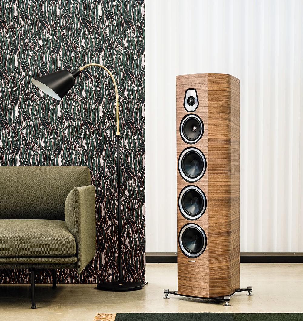 Reproduktory Sonetto sú novinkou od kultového talianskeho výrobcu Sonus Faber, ktorý stavil najmä na prírodné materiály – drevo akožu, prirodzený zvuk, charakteristický tvar ataliansky cit pre detail. Kolekcia obsahuje osem modelov: podlahové apolicové reproduktory ivšestranný nástenný reproduktor Sonetto Wall, ktorý môže byť použitý ako hlavný stereo, viackanálový priestorový reproduktor alebo LCR riešenie. Vponuke sú vtroch vyhotoveniach– matná biela, lesklá piano čierna alebo drevo. Svojím moderným dizajnom pekne dotvoria váš interiér. Cena: od 750 do 3 000 € www.bisaudio.sk