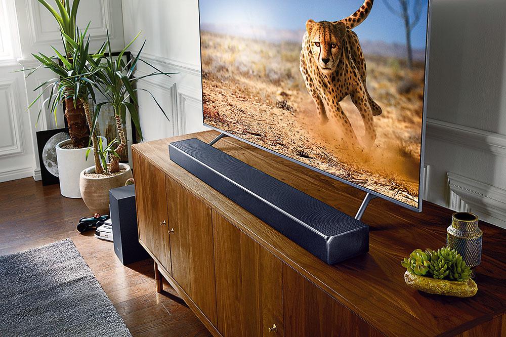 Soundbar Cinematic s Dolby Atmos HW-N950 je výsledkom spolupráce spoločnosti Samsung a audiospoločnosti Harman Kardon, ktorej produkty už 65 rokov poskytujú poslucháčom kvalitné audio. Cinematic v konfigurácii 7.1.4 (v jednom zariadení je 13 reproduktorov/7 kanálov) patrí v súčasnej dobe k soundbarom s najväčším počtom kanálov, čo ho radí k špičke tohto typu. Reproduktory vysielajú zvuk nielen do strán, ale aj smerom nahor a tak zabezpečujú vynikajúce podanie priestorového zvuku. Okrem toho podporujú prehrávanie formátov Dolby Atmos, DTS: X a MPEG-H. Súčasťou je vstavaný bezdrôtový subwoofer pre dokonalo hlboké tóny a súprava bezdrôtových zadných reproduktorov. Cena: 1 549 € www.samsung.sk