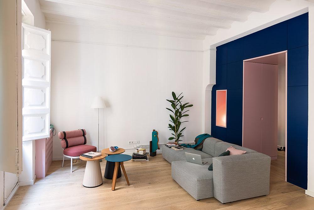 Na mieru vyrobený tmavomodrý blok tvorí pokračovanie nosného múru oddeľujúceho dennú časť bytu. Jeho autori mu pridelili niekoľko úloh: logicky rozčleniť byt, poskytnúť praktické odkladacie priestory, zároveň zamaskovať nepravidelnosti starých múrov azvýrazniť monumentálnosť historického priestoru. Podľa návrhu architektov Serboliho aColomba ho vyrobila firma FustHeri.