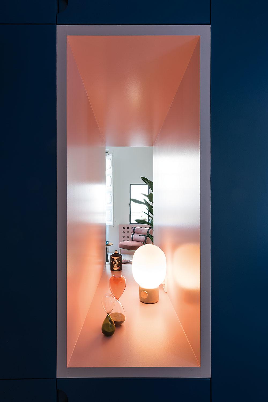 Krásnym aj praktickým detailom je 120 cm široká, ružovo obložená nika, ktorá do predsiene prepúšťa denné svetlo afunguje aj ako dekoratívny prvok.