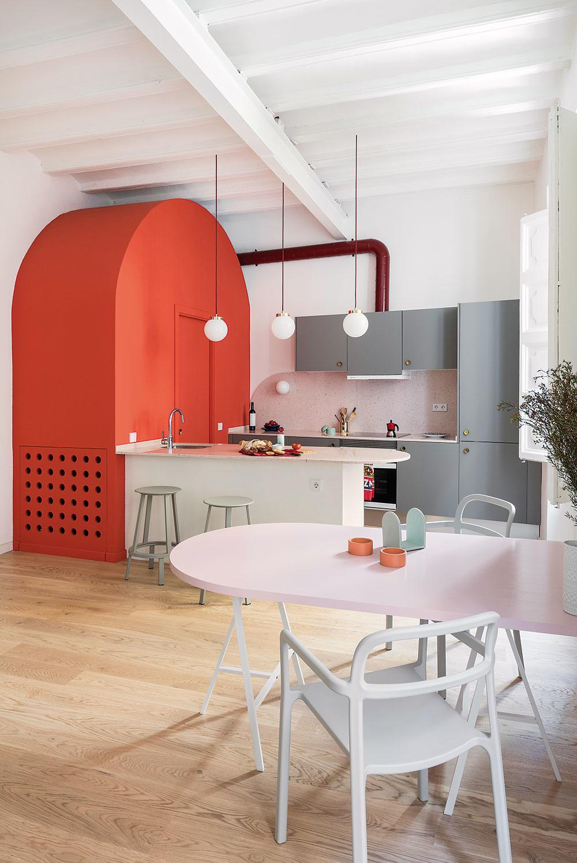 Kuchyňa ajedálenská zóna sú prepojené sobývačkou, čím vznikol príjemne vzdušný denný priestor. Opticky ho pomohlo zväčšiť aj zjednotenie plôch– drevená podlaha od značky Baltic Wood aoriginálny nabielo natretý strop.