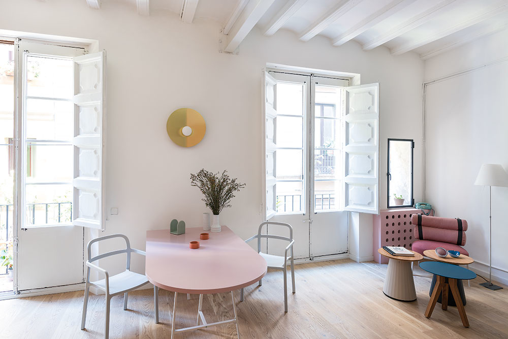 Nový denný priestor, ktorý zahŕňa obývačku, jedáleň akuchyňu, je orientovaný do ulice. Profituje tak zdvoch veľkých balkónových okien so zreštaurovanými starými drevenými okenicami.