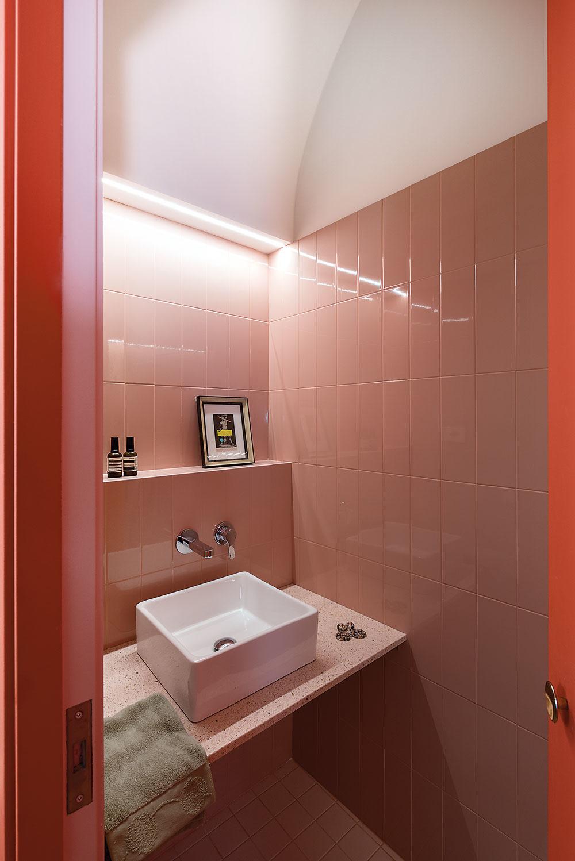 Kúpeľňa pre hostí – pohľad do oblúkového boxu, ktorý je síce neprehliadnuteľným prvkom kuchyne, nemá sňou však nič spoločné.