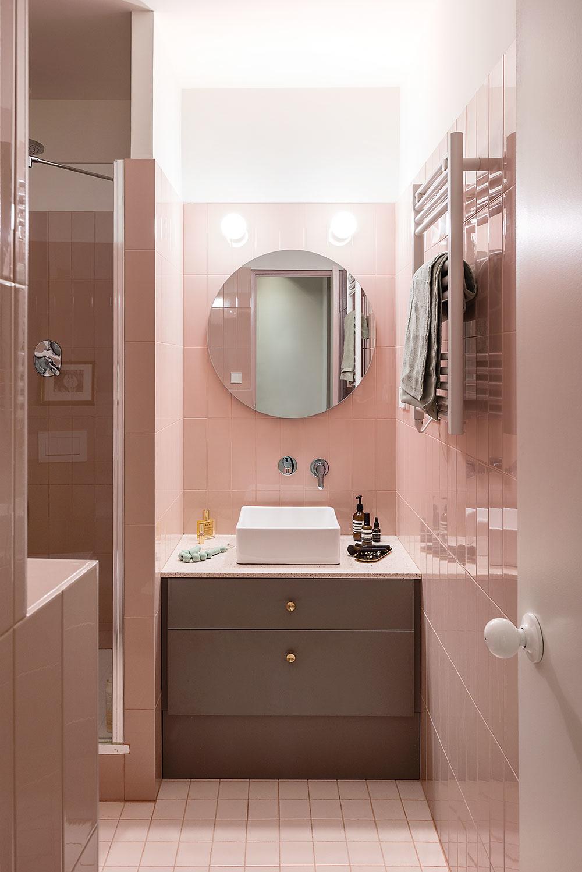 Kúpeľňa majiteľky, do ktorej sa vchádza iba zo spálne, dodržuje farebnosť bytu arovnaký jednoduchý štýl. Sanita aarmatúry sú od značky Roca.