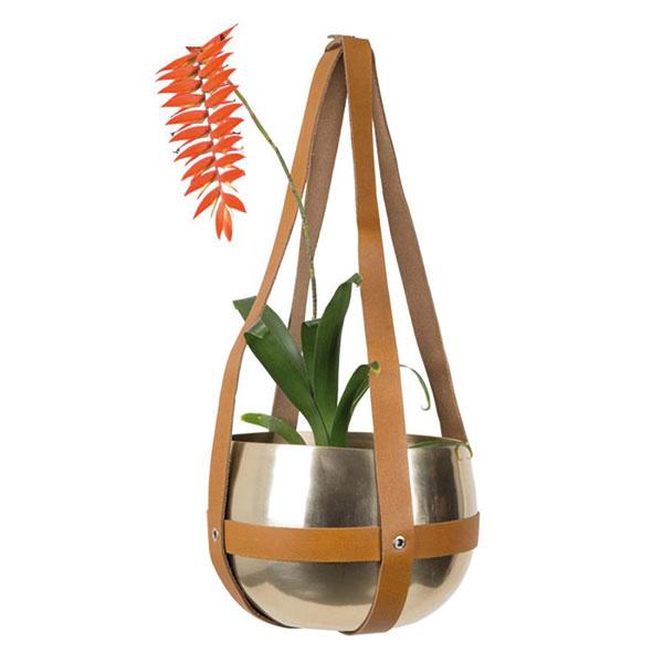 Mosadzný kvetináč skoženými strapcami od značky Dutchbone, lakovaný hliník, byvolia koža, 21 × 47 cm, 49,50 €,  www.roomfactory.sk