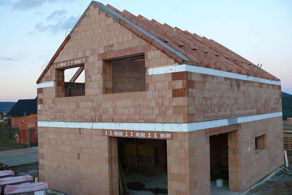 Najskôr okukovali dom susedov, ktorí stavali z tehál HELUZ FAMILY