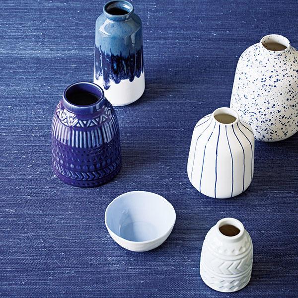 """Denim alebo indigová modrá sú tento rok top! Obe sú tmavé a zároveň chladné, preto nie sú vhodné na všetky steny v miestnosti. Radšej stavte na """"color-blocking"""" popretkávaný bielou alebo krémovou."""