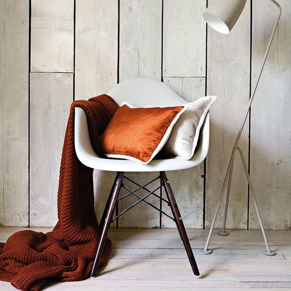 Koňaková hnedá je elementárnou zemitou farbou, ktorá má rada svetlo. Pretože je veľmi sýta, voľte ju na bytové textílie, svietidlá alebo dekorácie – priestor patrične okorení.