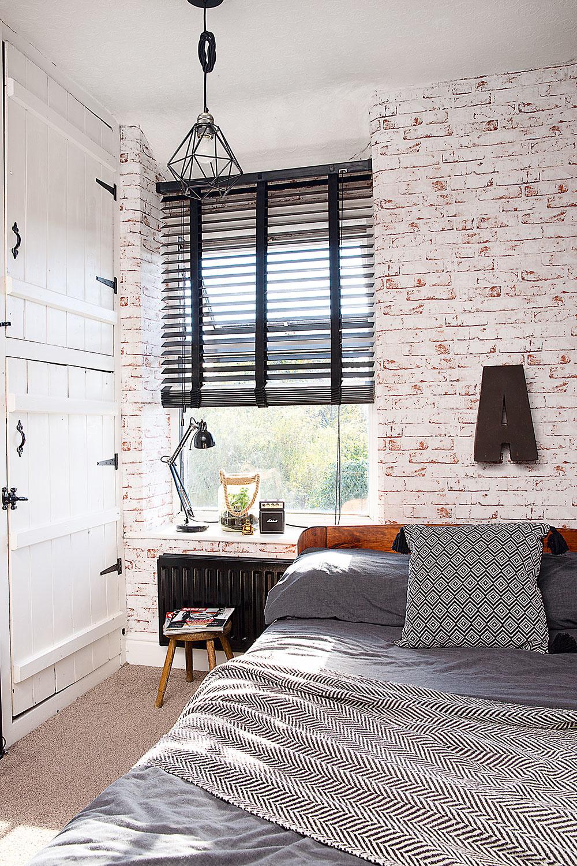 Prírodné materiály, kresba dreva či obnažené tehlové murivo skvele fungujú smonochromatickým škandinávskym dizajnom, ktorý domáca pani miluje. Pri oživení interiéru sú dôležité čierne kovové detaily – zaujímavým tipom je napríklad radiátor namaľovaný matnou čiernou farbou.