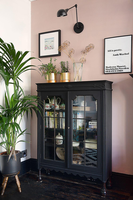 """Svetloružové steny vobývačke patria knajnovším zmenám: """"Páči sa mi, ako ladia sčiernym kozubom atmavým nábytkom,"""" hovorí Jade. """"Vitrína patrila mojej starej mame, ja som ju len vynovila jednou vrstvou čiernej farby na nábytok,"""" prezrádza."""