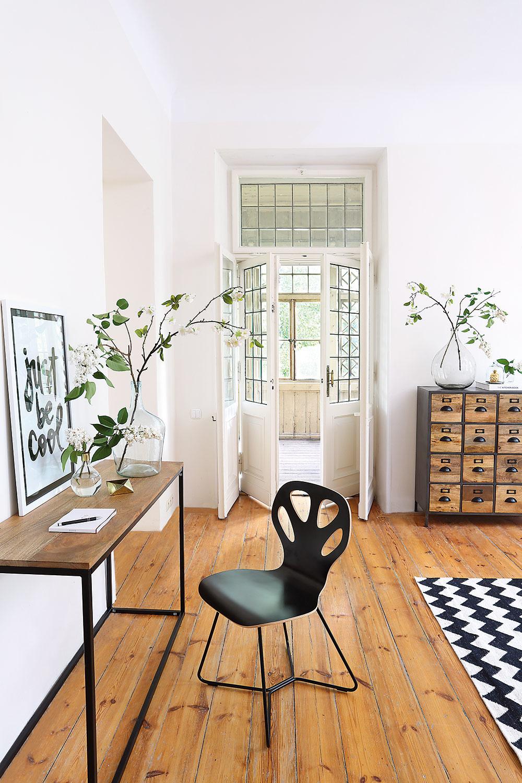 Drevená podlaha zo širokých dosiek vteplom medovom odtieni je ako stvorená na kontrastné kompozície.