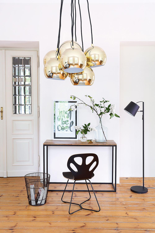 Lesknú sa nielen zlaté časti lustra. Sodleskami svetla sa pohrávajú krištáľovo priezračné tabuľky vo dverách, zasklené grafiky isklenené vázy. Toto experimentovanie so svetlom dodáva interiéru ľahkosť aenergiu.