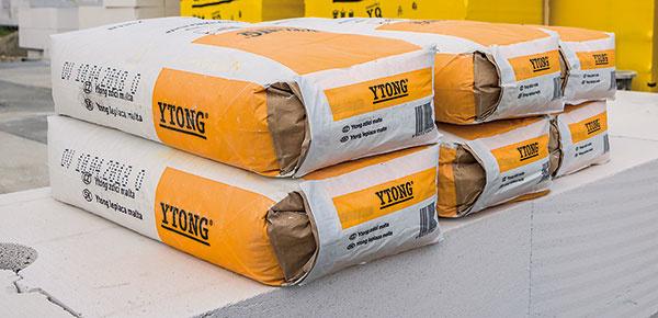 Zimná lepiaca malta YTONG/SILKA je maltová zmes na murovanie tvárnic YTONG aostatných pórobetónových avápennopieskových murovacích prvkov na tenké škáry. Je určená na vnútorné ivonkajšie použitie, teplota spracovania 0 až +10 °C. www.ytong.sk