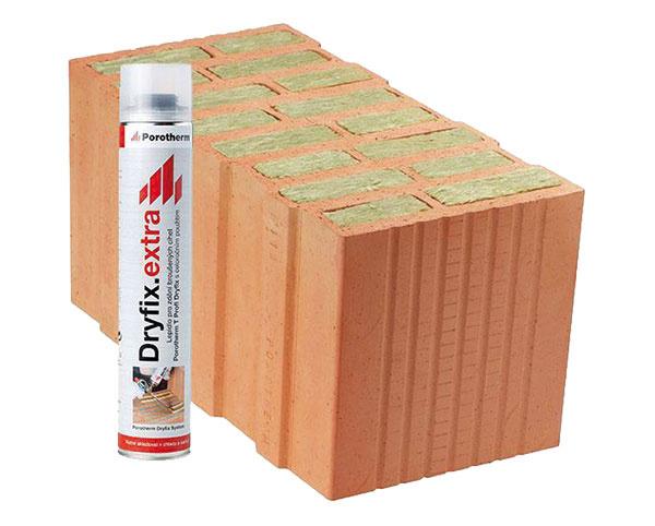 Brúsené tehly Porotherm 50T Profi Dryfix sú určené na jednovrstvové omietané obvodové murivo hrubé 500 mm snadštandardnými tepelnoizolačnými parametrami. Zvislé dutiny vtehlách sú vyplnené hydrofobizovanou minerálnou vlnou. Na murovanie sa používa špeciálna murovacia pena Porotherm Dryfix extra, ktorá sa dodáva spolu stehlami.  wienerberger.sk