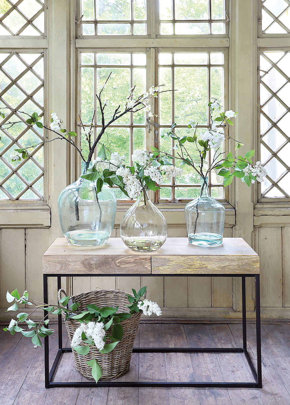 Zbierka demižónov na loftovom stolíku interiéru určite neuškodí anijako nenarúša ani pohľad na drevenú konštrukciu verandy.