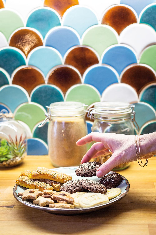 NAJČASTEJŠIE putujú kachličky od Manikovcov do kuchýň ako zásteny, ale rovnako pekne vyniknú ivkúpeľniach či na podlahách. Ich široká škála tvarov aglazúr dáva neobmedzené možnosti pri realizácii interiérov.