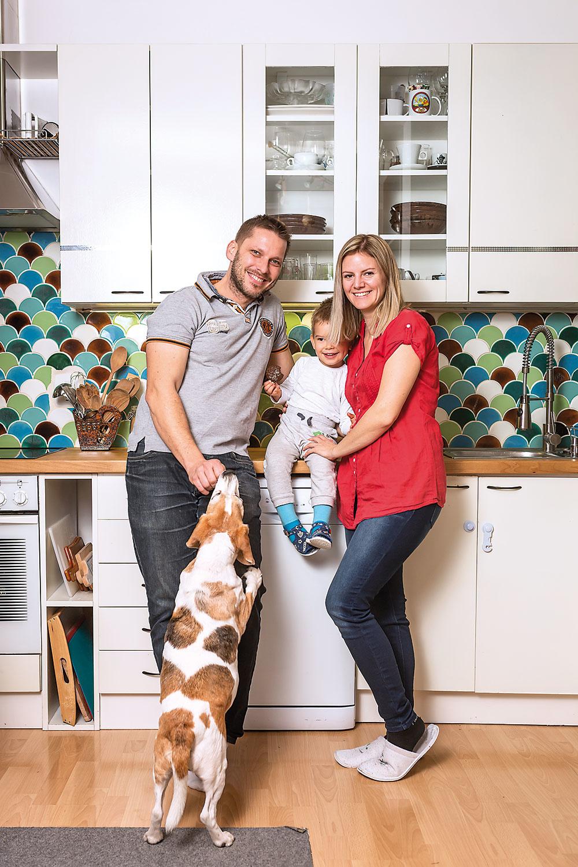 Rodina Manikovcov Martin, Lenka, syn Jakubko afenka Lara. Za ich úspešným príbehom stojí podnikavý duch, dobrý nápad, odhodlanie, trpezlivosť anajmä šikovné ruky.