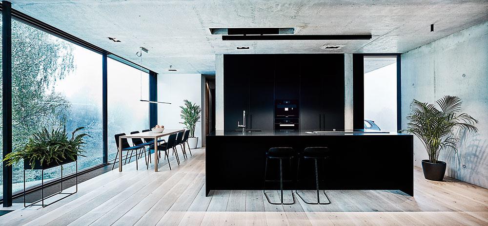 Puristický interiér prirodzene nadväzuje na čistotu línií vexteriéri. Zásluhu na tom majú aj plochy priznaného pohľadového betónu aveľkoplošné zasklenie vminimalistických hliníkových profiloch.