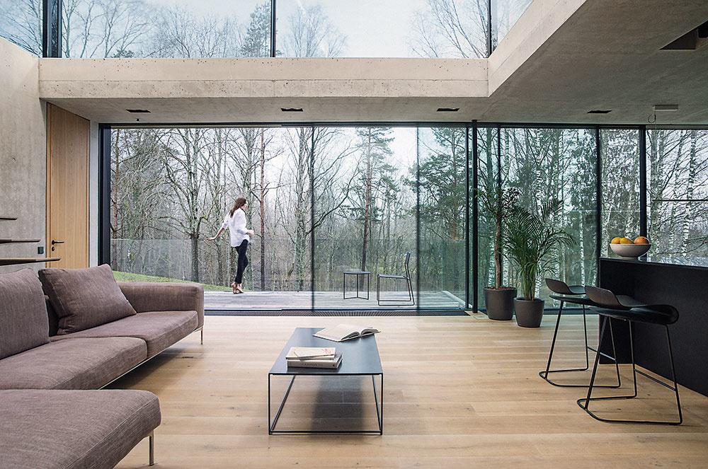 Výhľad je nesporným plusom bývania na tomto mieste. Vďaka rozľahlej sklenenej stene, ktorá meria až 12 m na šírku azaberá celú výšku podlažia, sa môžu majitelia bez obmedzení kochať krásou okolitej prírody. Automatizovaný posuvný systém im zároveň umožňuje vpriaznivom počasí sklenenú bariéru jednoducho odsunúť ažiť na čerstvom vzduchu.