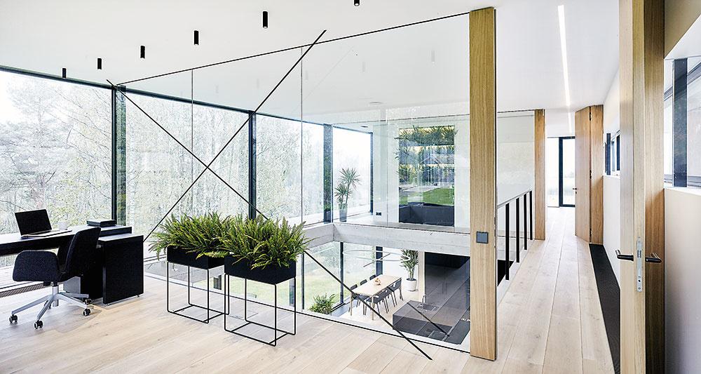Na najvyššom poschodí je situovaná pracovňa ahlavná spálňa. Veľkoplošné zasklenia avnútorná galéria tu sprostredkúvajú intenzívny kontakt nielen sokolím domu, ale aj sdennou zónou opodlažie nižšie.
